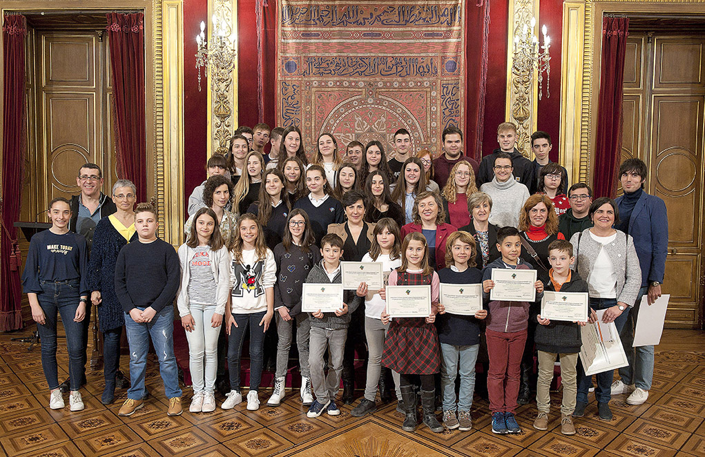 Foto de grupo de todo el alumnado premiado en ambos concursos