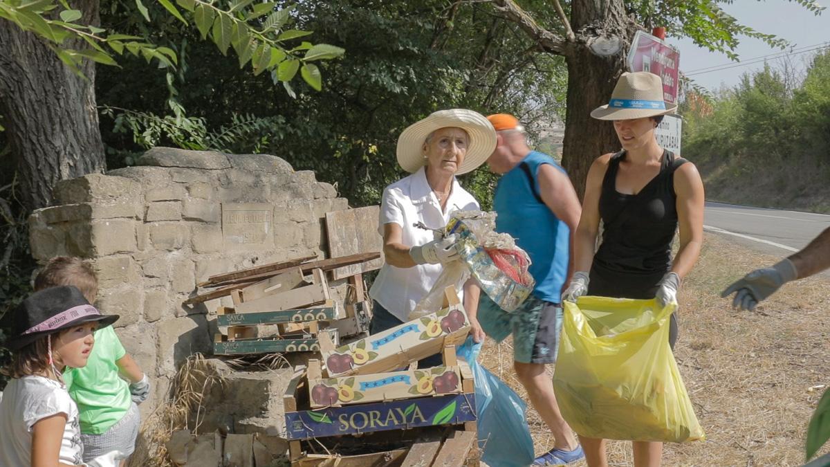 Voluntarios con la recogida de plásticos