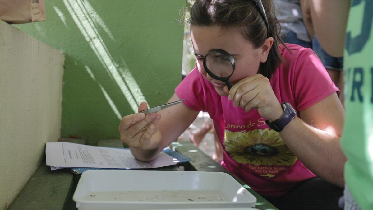 Niña voluntaria en educación ambiental